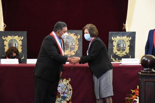 Rectora de San Marcos, Jeri Ramón Ruffner, recibe el reconcomiento de la Comisión de Educación del Congreso.