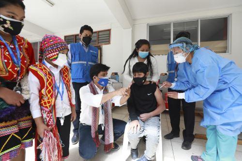 El presidente ejecutivo de EsSalud, Mario Carhuapoma, supervisó en Cusco la jornada de vacunación contra el covid-19 a la población de 12 a 19 años y afirmó que el avance en este proceso de protección permitirá la reactivación no solo de la economía, sino también del turismo en esta región y en el país. Foto: ANDINA/difusión.
