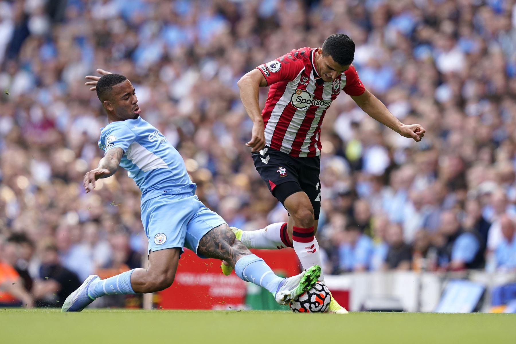 Gabriel Jesus del Manchester City en acción contra Mohamed Elyounoussi de Southampton durante el partido de la Premier League, en Manchester, Gran Bretaña. Foto. EFE