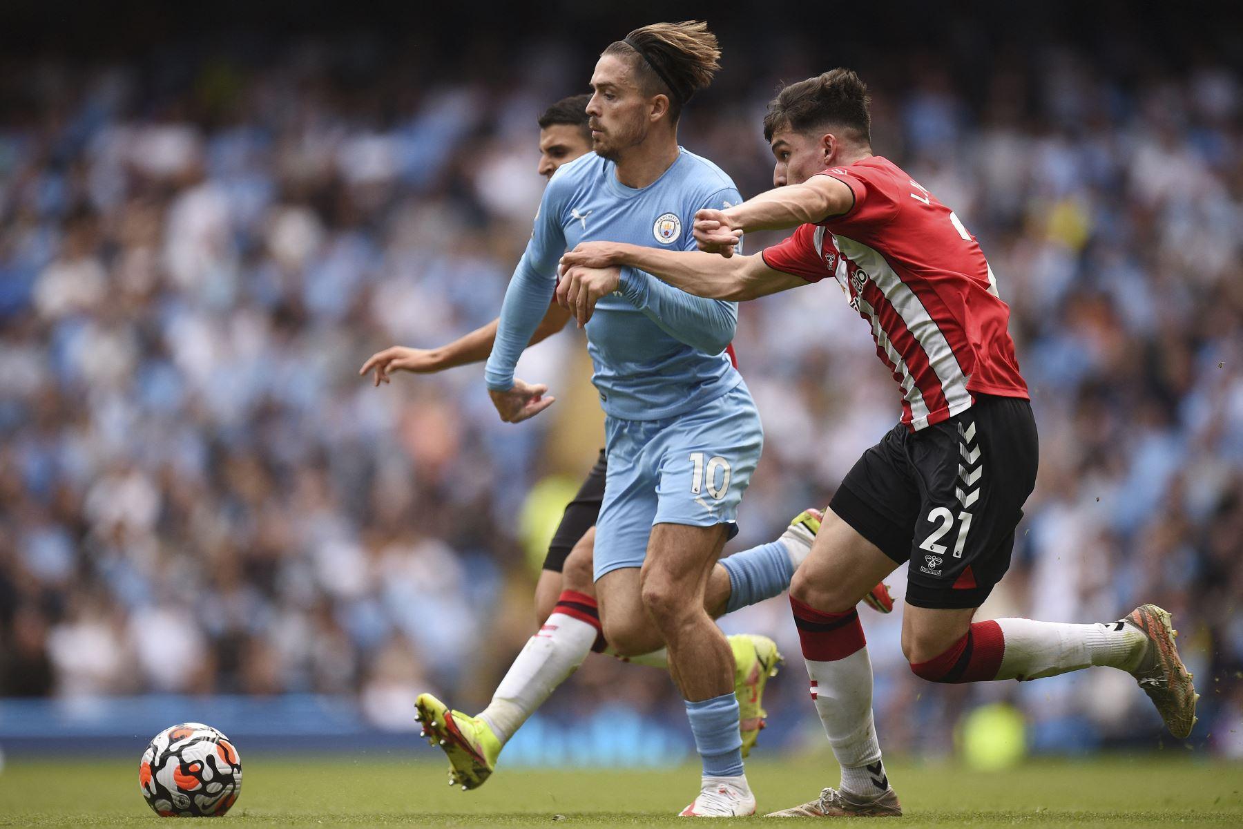 El centrocampista inglés del Manchester City Jack Grealish compite por el balón con el defensor inglés del Southampton Tino Livramento durante el partido de la Premier League. Foto: AFP