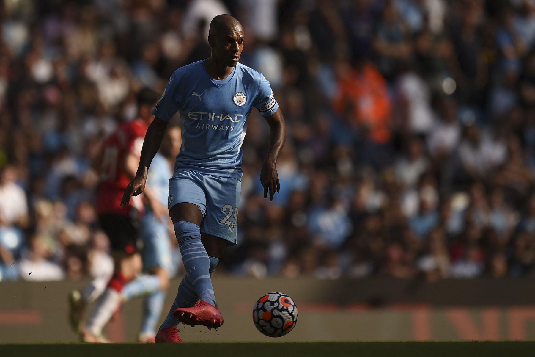 El centrocampista brasileño del Manchester City Fernandinho corre con el balón durante el partido de la Premier League. Foto. AFP