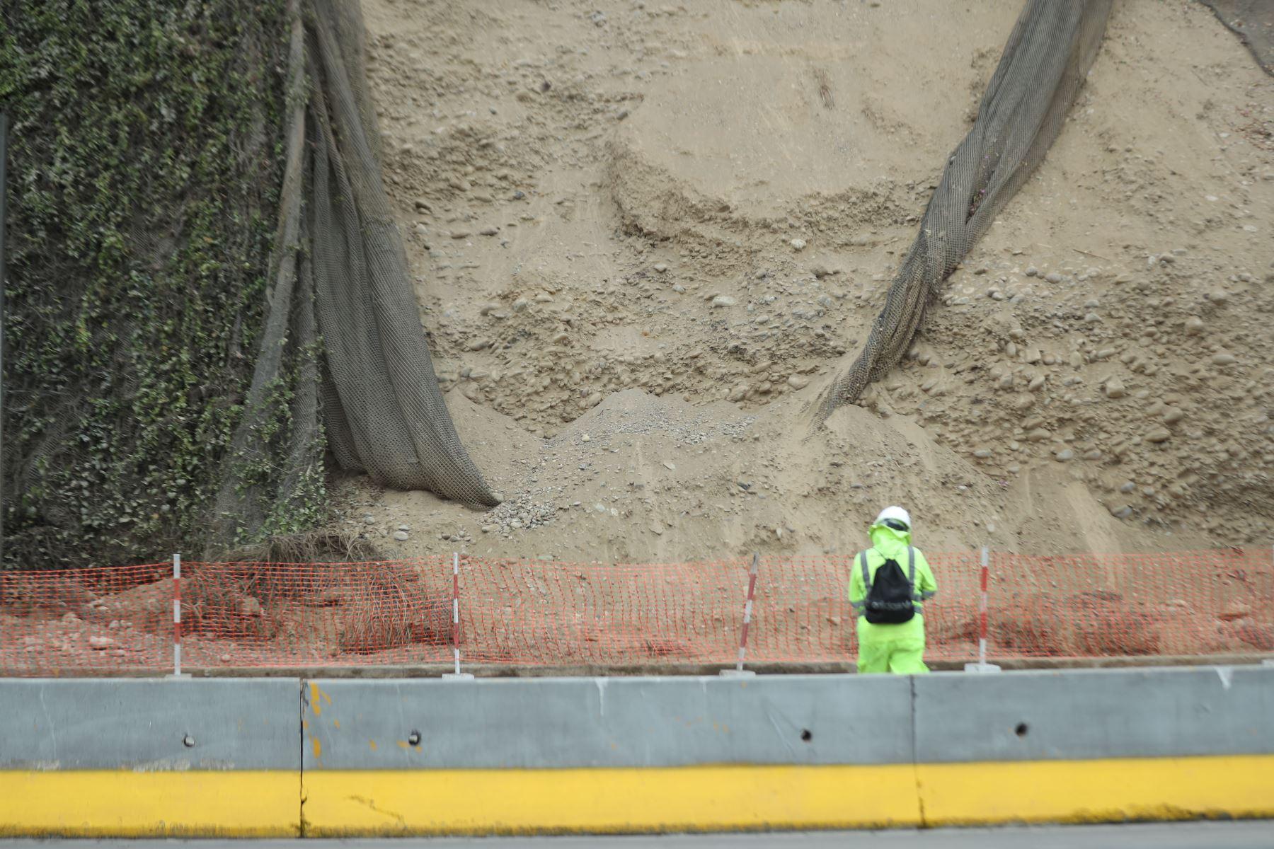 Tramo de la Costa Verde, a la altura de Barranco, en sentido de sur a norte; permanecerá cerrado por cambio de geomallas tras el deslizamiento de rocas ocurrido anoche. Foto: ANDINA/Carla Patiño