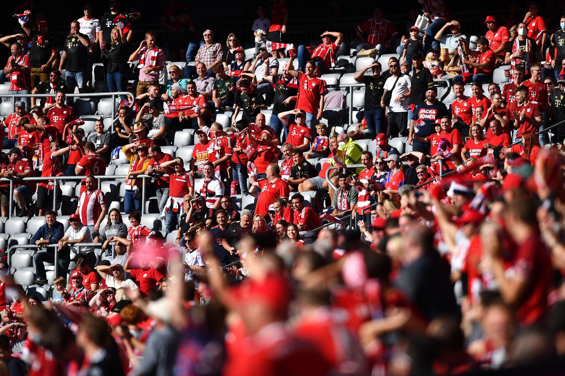 Los hinchas del Bayern Munich celebran durante el partido de la Bundesliga. Foto: EFE
