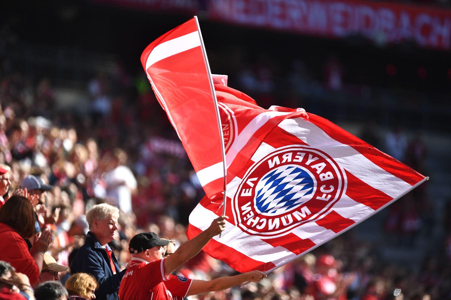 Los aficionados alientan a su equipo durante el partido  de la Bundesliga. Foto: EFE