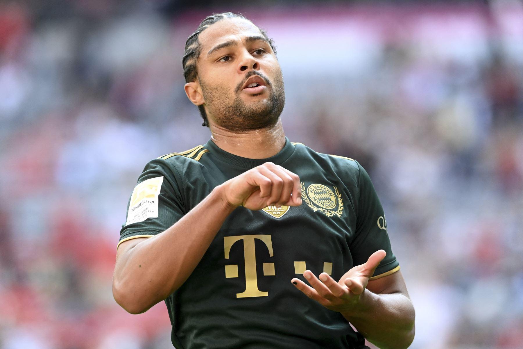 El centrocampista del Bayern de Múnich Serge Gnabry reacciona tras el tercer goldurante el partido de la primera división de la Bundesliga. Foto: AFP