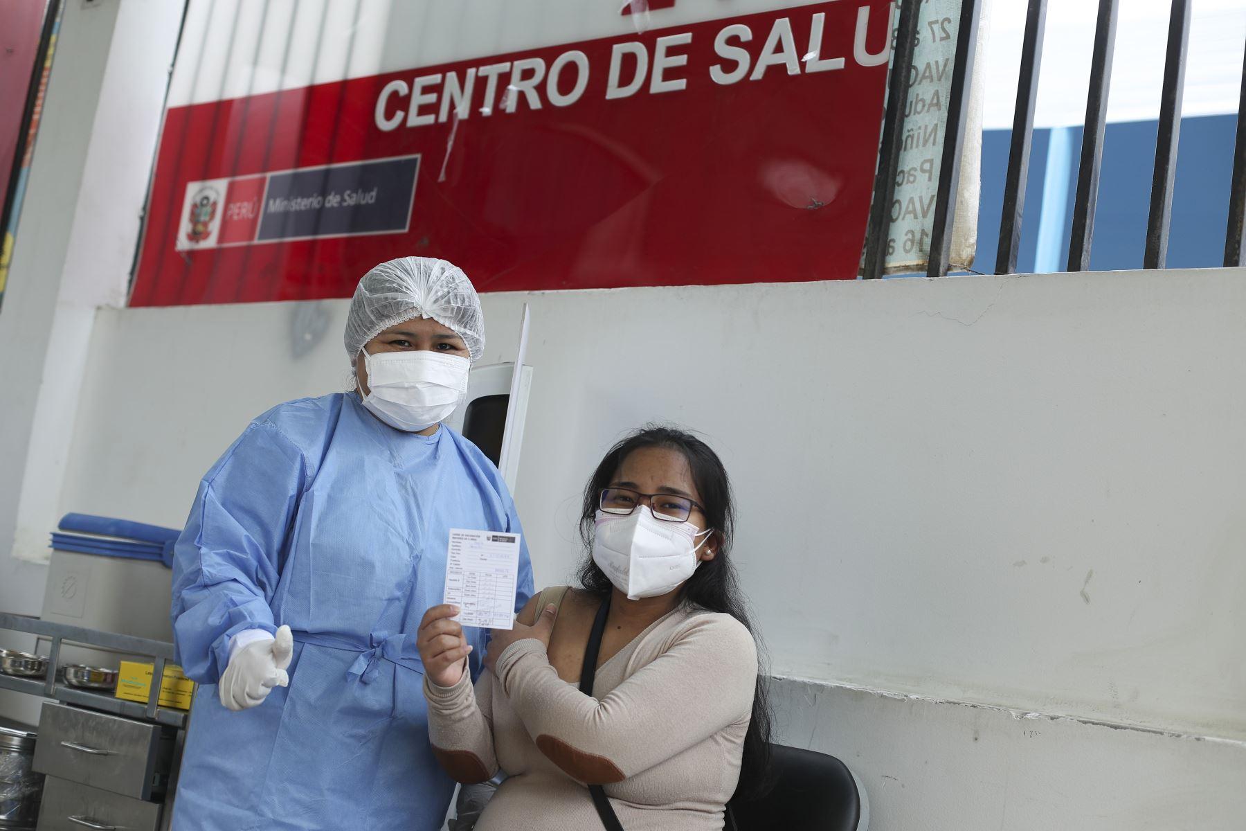Así se desarrolla la vacunación contra la covid-19 en el Centro de Salud San Genaro de Chorrillos. Foto: ANDINA/Carla Patiño