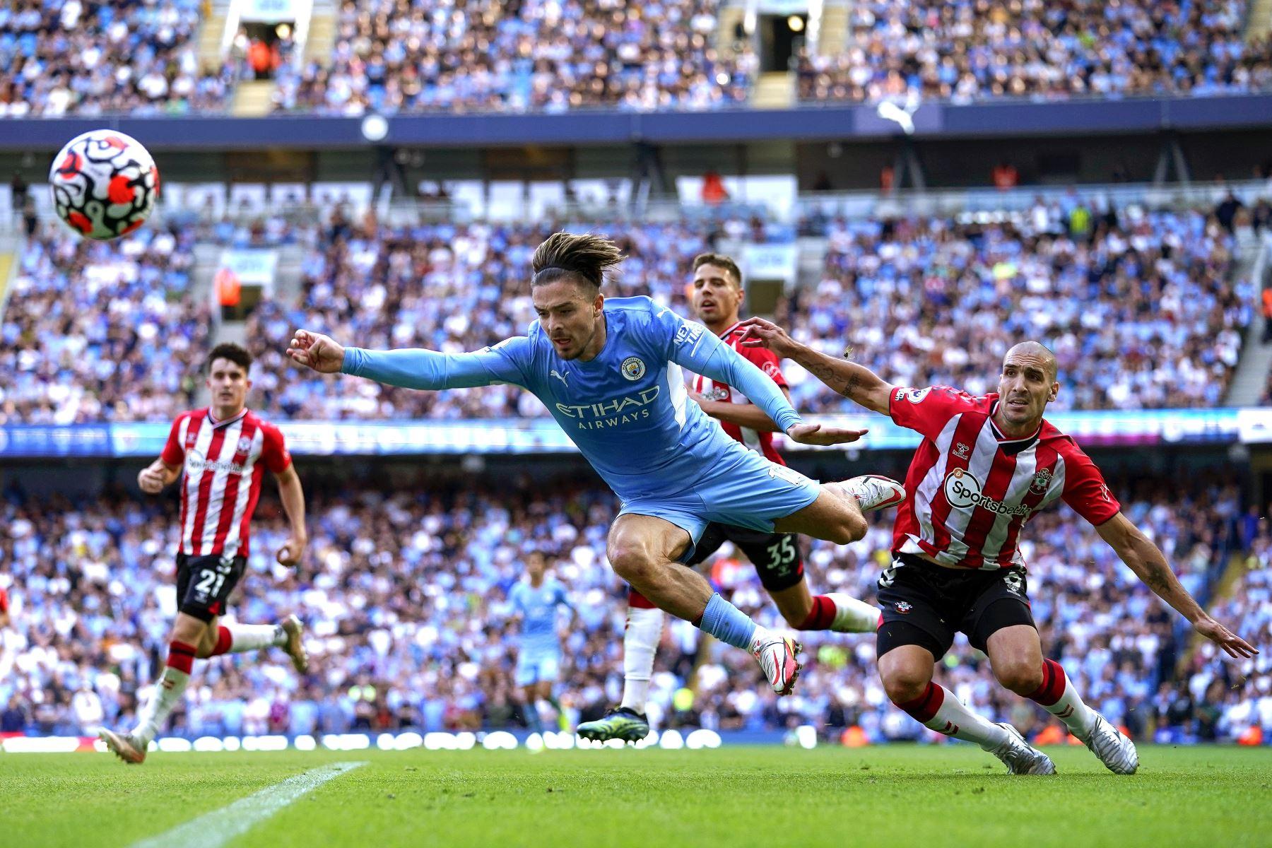 Jack Grealish del Manchester City en acción contra James Ward-Prowse del Southampton durante el partido de la Premier League. Foto: EFE