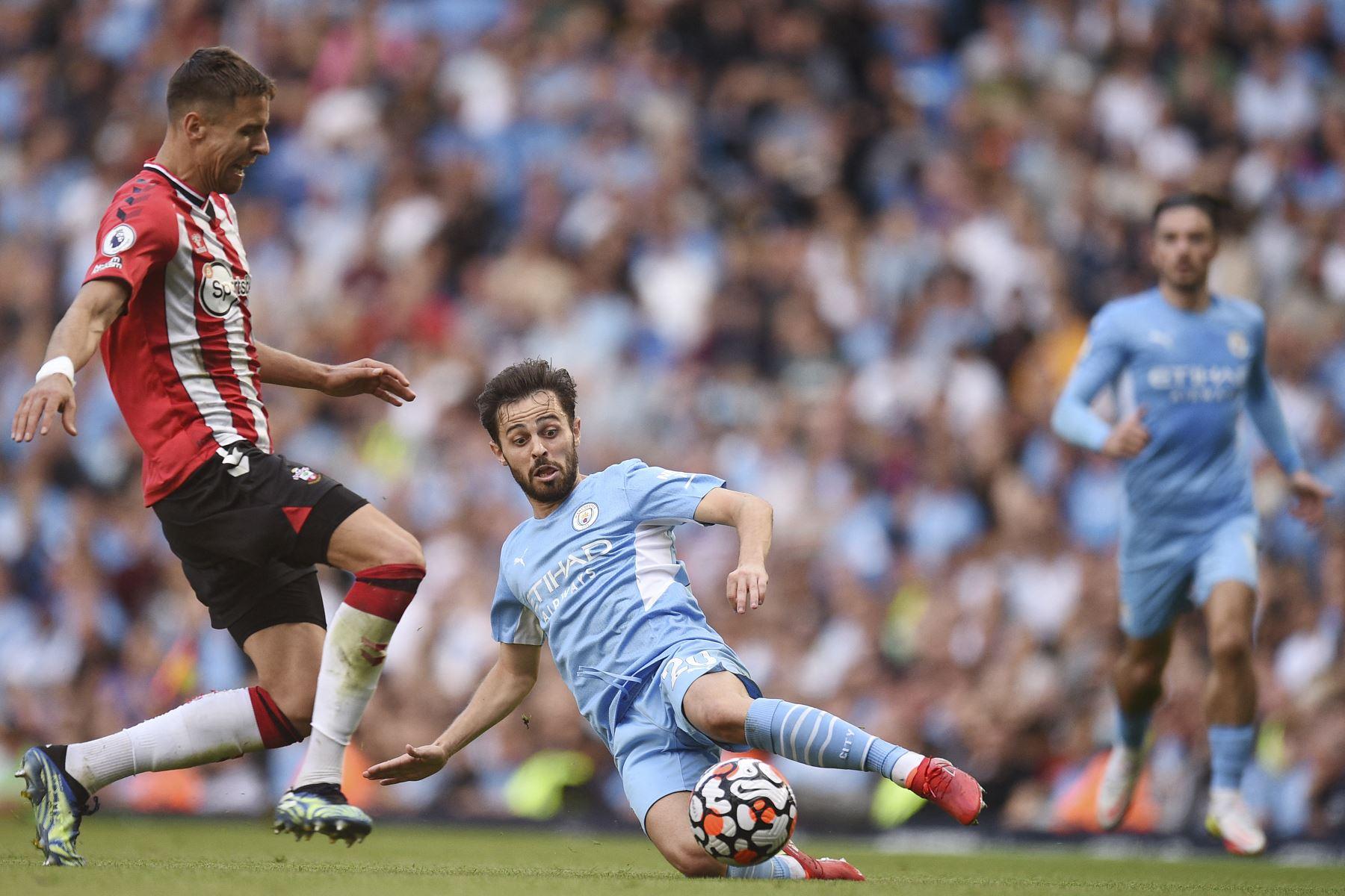 El defensor polaco del Southampton Jan Bednarek compite por el balón con el centrocampista portugués del Manchester City Bernardo Silva durante el partido de la Premier League. Foto: AFP
