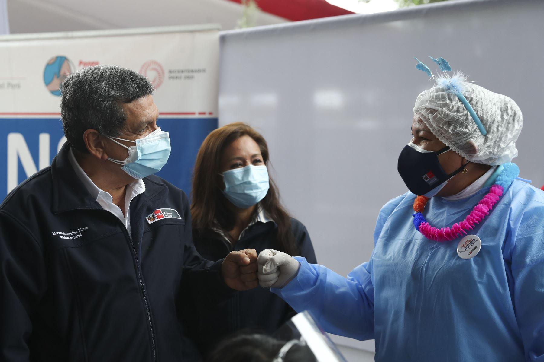 El ministro de Salud, Hernando Cevallos, supervisa el Vacunafest dirigido a gestantes en el Parque Zonal Mayta Capac, en San Martín de Porres. Foto: ANDINA/Carla Patiño