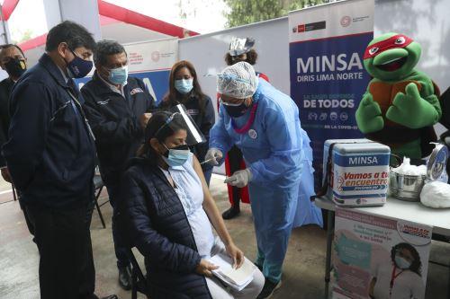 Ministro de Salud supervisa VacunaFest dirigido a gestantes en San Martín del Porres