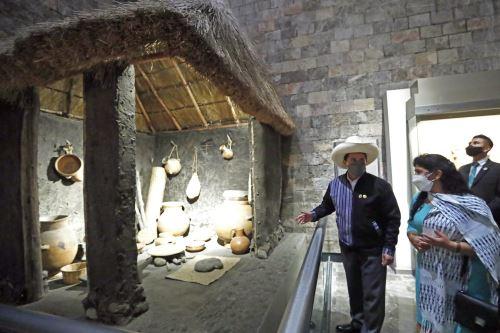 Presidente Castillo asistió a exposición sobre Guamán Poma de Ayala en el Museo de Antropología de México