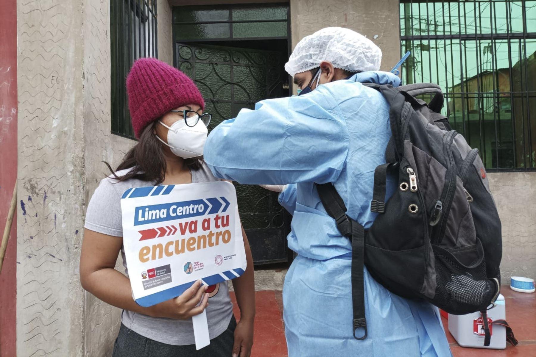 """Como parte de la campaña integral que se realizó en la loza deportiva 10 de Octubre en San Juan de Lurigancho, que es parte de actividades que realiza la estrategia """"Vamos a tu encuentro, ¡Vacúnate ya!"""", la Dirección de Redes Integradas de Salud (Diris) Lima Centro del Minsa inició las visita a las casas de la zona y vacunó contra la Covid-19 a 63 personas que no pudieron acercarse a los puntos de vacunación para ser inoculados por diversos motivos. Foto: Minsa"""