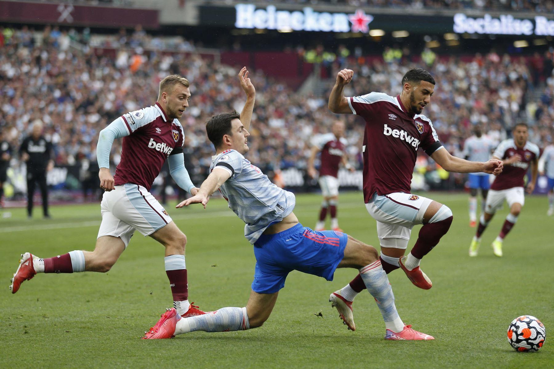 El centrocampista argelino del West Ham, Said Benrahma, disputa el balón ante el defensa inglés del Manchester United, Harry Maguire, durante el partido de la Premier League. Foto: AFP