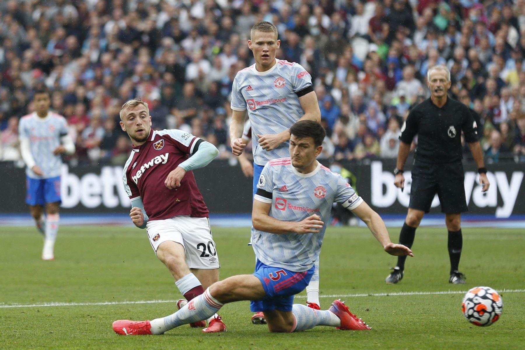 El delantero inglés del West Ham United, Jarrod Bowen, Tiene este disparo salvado durante el partido de fútbol de la Premier League inglesa entre el West Ham United y el Manchester United. Foto: AFP
