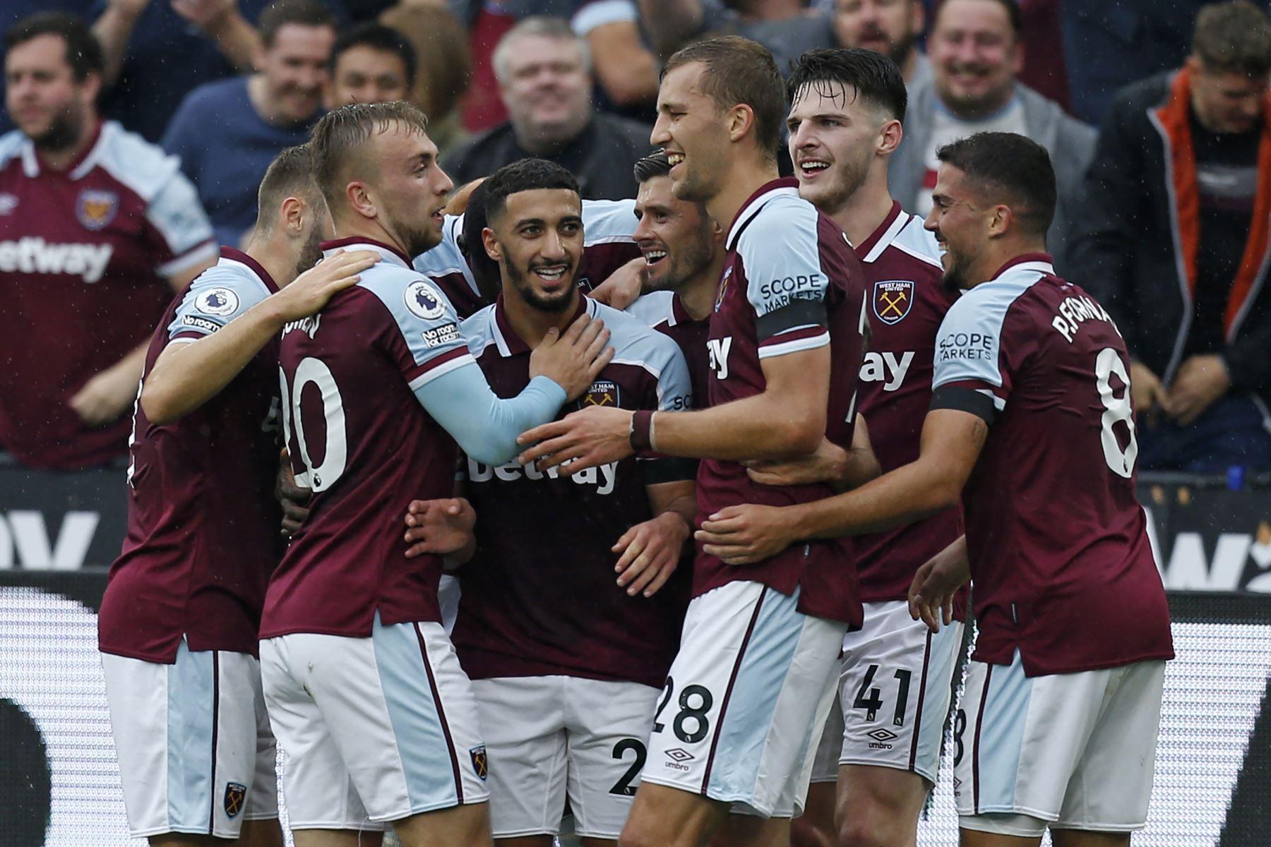 El centrocampista argelino del West Ham, Said Benrahma, celebra con sus compañeros de equipo después de marcar el primer gol durante el partido de la Premier League. Foto: AFP