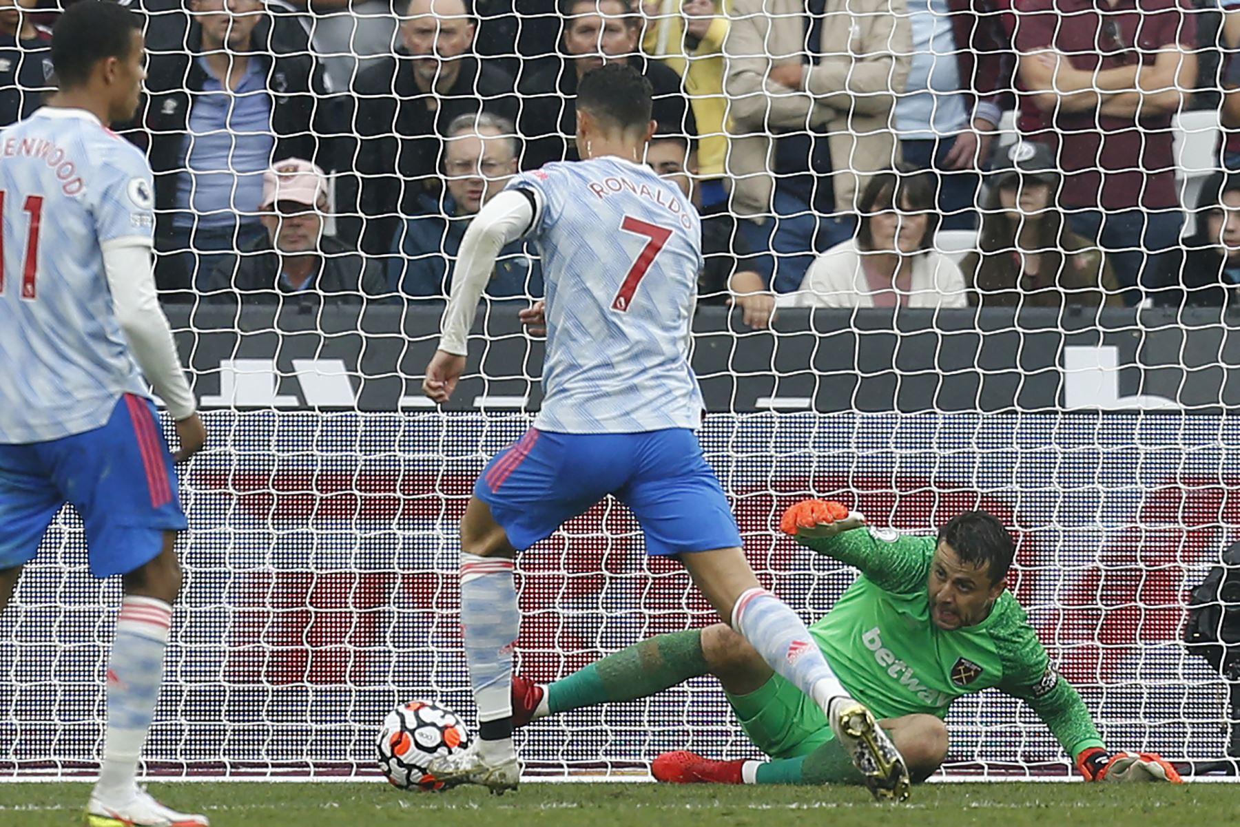 El delantero portugués del Manchester United, Cristiano Ronaldo, anota su primer gol ante el portero polaco del West Ham, Lukasz Fabianski, durante el partido de la Premier League. Foto: AFP