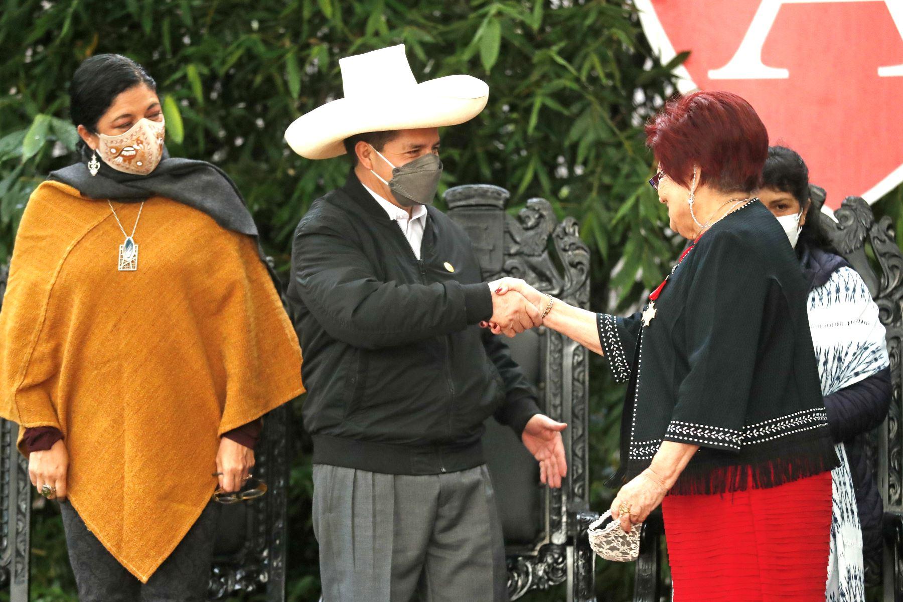 Durante la actividad se realizó la entrega de una donación de libros para la biblioteca de esta escuela, dirigida por la profesora peruana Sol Corrales, quien llegó a México con su familia en 1975 y posteriormente fundó este centro educativo. Foto: ANDINA/Prensa Presidencia