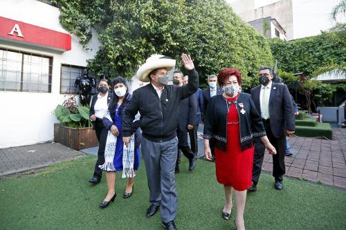 Presidente Pedro Castillo visitó colegio mexicano-peruano durante su viaje a México