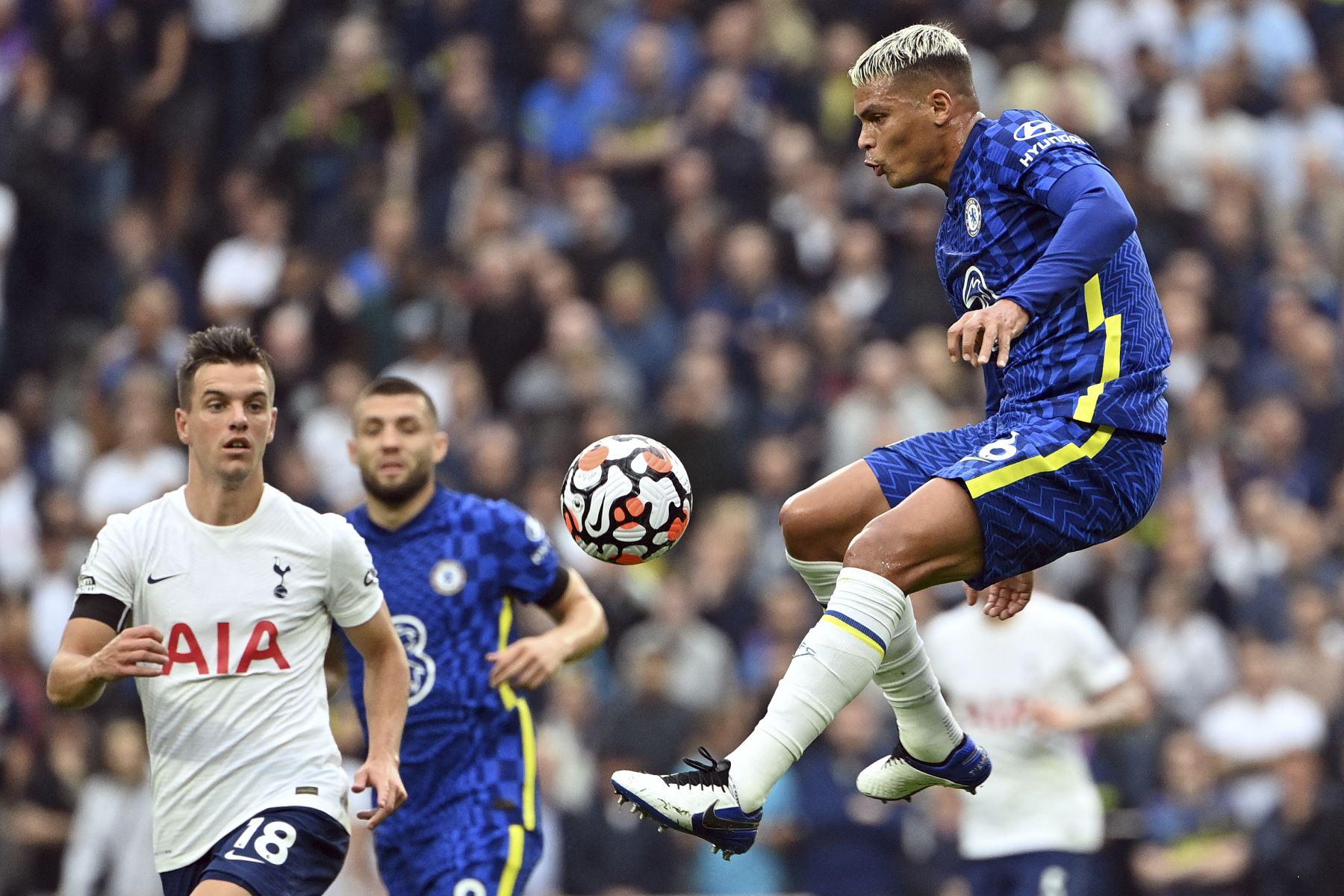 El defensor brasileño del Chelsea Thiago Silva salta por el balón durante el partido de la Premier League. Foto: AFP