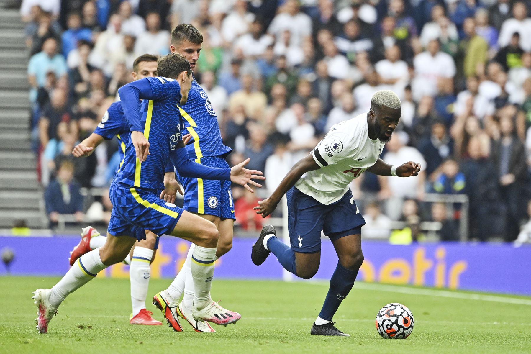 El centrocampista francés del Tottenham Hotspur Tanguy Ndombele corre con el balón durante el partido de la Premier League. Foto: AFP