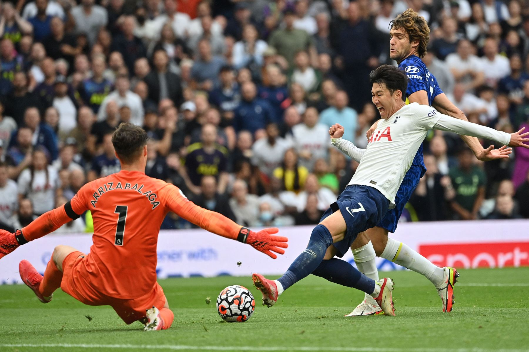 El portero español del Chelsea Kepa Arrizabalaga bloquea un disparo del delantero surcoreano del Tottenham Hotspur Son Heung-Min durante el partido de la Premier League. Foto: AFP