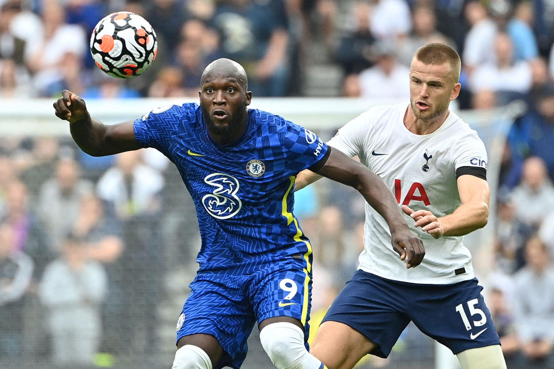 El delantero belga del Chelsea, Romelu Lukaku, es desafiado por el defensor inglés del Tottenham Hotspur, Eric Dier, durante el partido de la Premier League. Foto: AFP