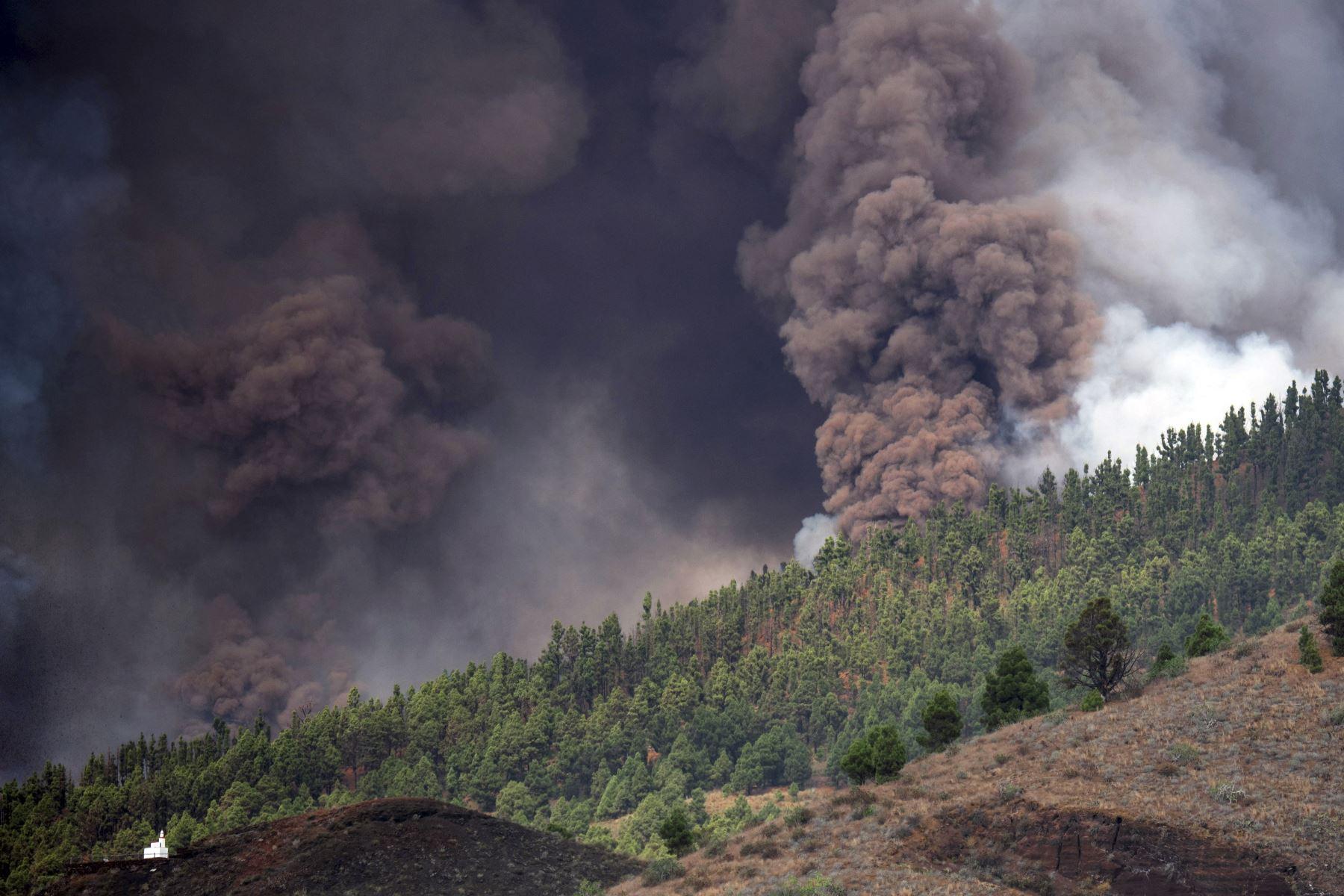 El monte Cumbre Vieja entra en erupción arrojando una columna de humo, ceniza y lava como se ve desde Los Llanos de Aridane en la isla canaria de La Palma, España. Foto: AFP