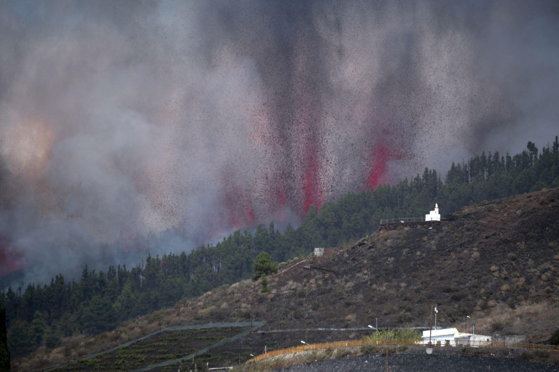 Luego de varios días de alerta por la actividad sísmica en el archipiélago, el volcán Cumbre Vieja de la isla canaria de La Palma, en España, entró en erupción este domingo. Foto: AFP