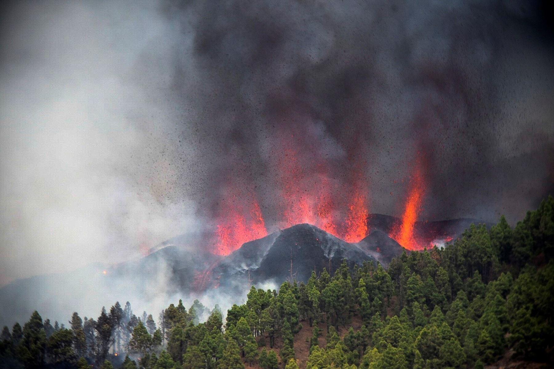 El volcán Cumbre Vieja de la isla canaria de La Palma, en España, entró en erupción este domingo. Foto: EFE