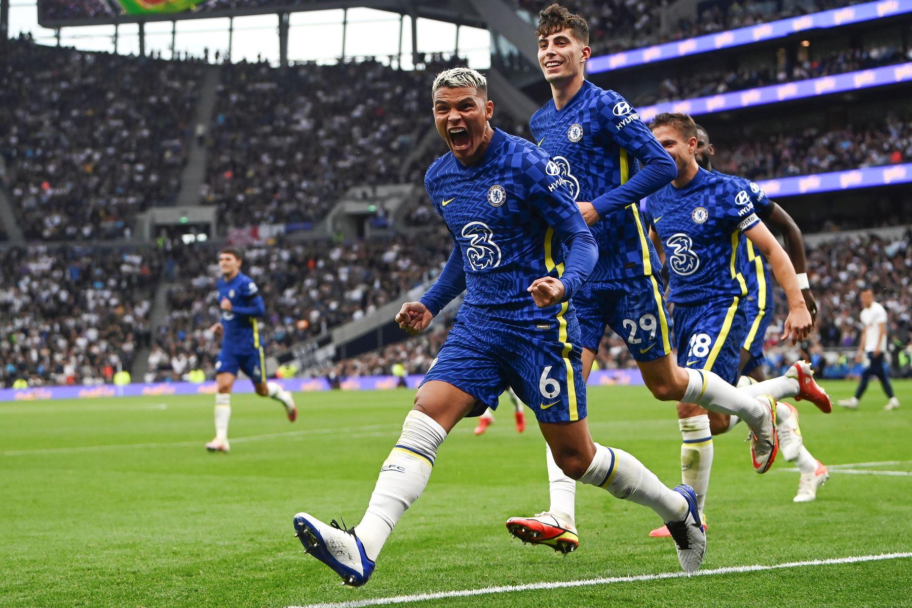 Thiago Silva del Chelsea celebra con sus compañeros tras anotar el 1-0 ante Tottenham durante el partido de la Premier League. Foto: EFE