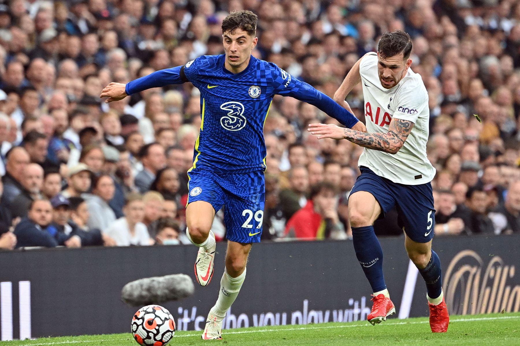 El centrocampista alemán del Chelsea Kai Havertz se aleja del centrocampista danés del Tottenham Hotspur Pierre-Emile Hojbjerg durante el partido de la Premier League. Foto: AFP