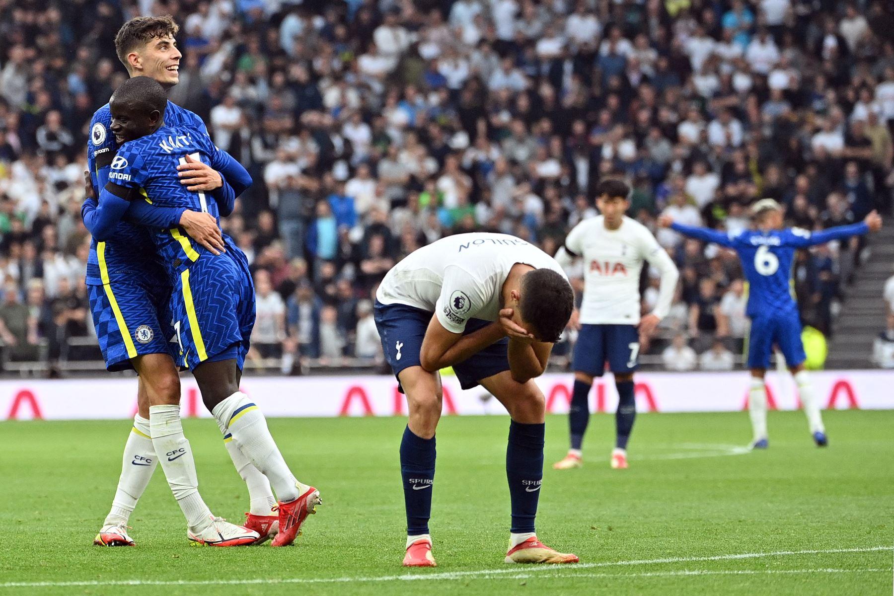 El defensor español del Tottenham Hotspur Sergio se lamenta mientras el centrocampista francés del Chelsea N