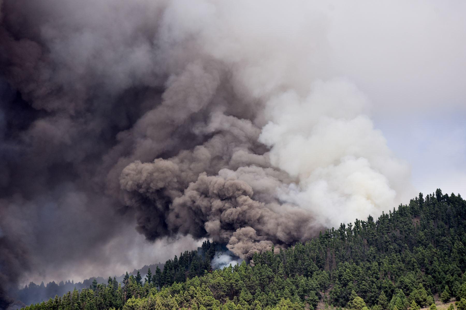El monte Cumbre Vieja entra en erupción arrojando una columna de humo, ceniza y lava como se ve desde Los Llanos de Aridane en la isla canaria de La Palma, España. Foto: EFE