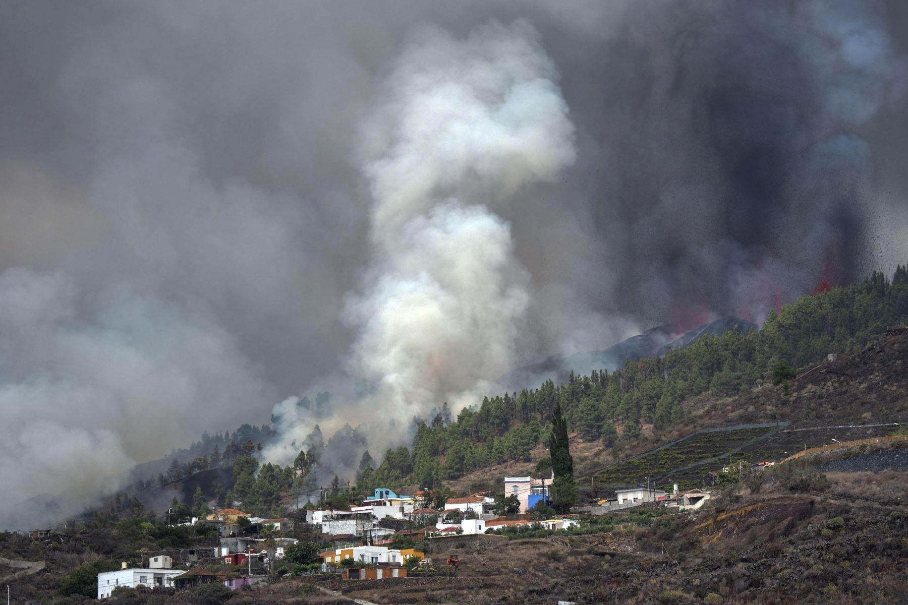 El monte Cumbre Vieja entra en erupción arrojando una columna de humo, ceniza y lava como se ve desde Los Llanos de Aridane, en la isla canaria de La Palma, España. Foto: AFP
