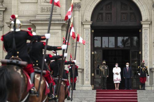 Vicepresidenta Dina Boluarte presidió ceremonia de cambio de guardia en Palacio de Gobierno