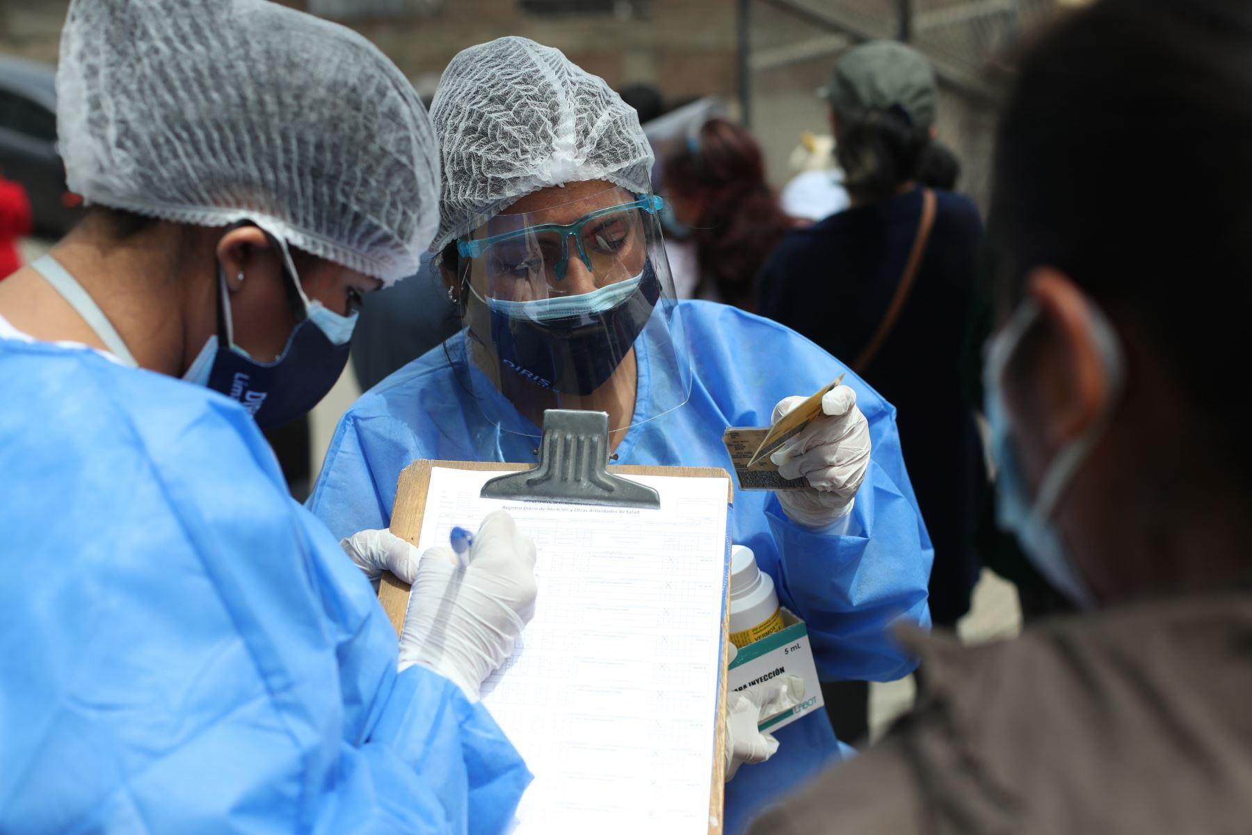 """Campaña de vacunación contra la covid-19 y la influenza """"Vamos a tu encuentro"""" se realizó en la Loza Deportiva 14 de Febrero, en San Juan de Lurigancho. Foto: ANDINA/Carla Patiño"""