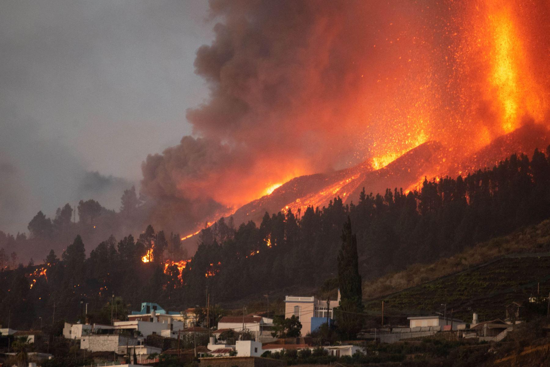 El Monte Cumbre Vieja entra en erupción en El Paso, arrojando columnas de humo, ceniza y lava como se ve desde Los Llanos de Aridane, en la isla canaria de La Palma. Foto: AFP
