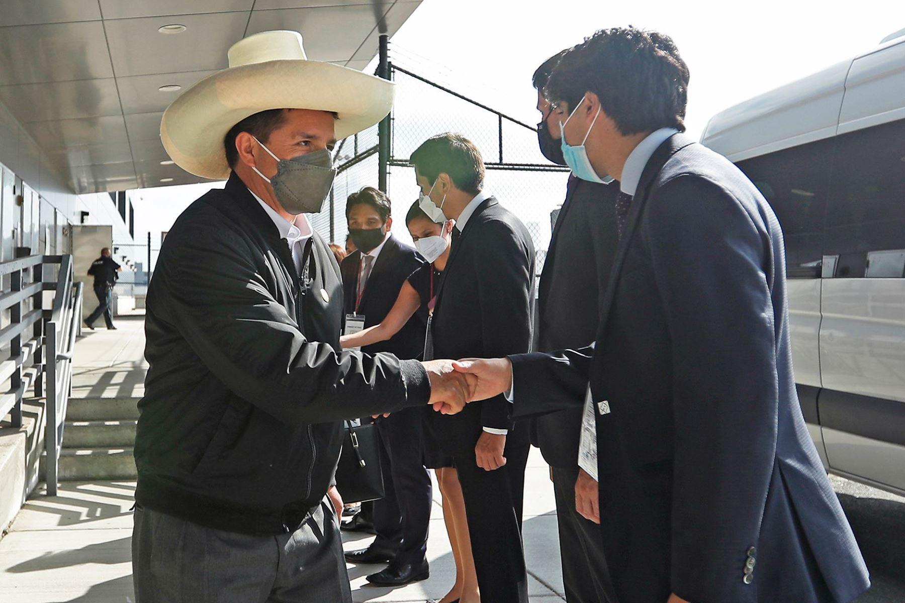 El presidente Pedro Castillo llegó a Estados Unidos para participar en la sesión del Consejo Permanente de la OEA en la 76° Asamblea General de la ONU. El jefe de Estado fue recibido por el representante permanente del Perú ante la OEA, Harold Forsyth. Foto: ANDINA/Prensa Presidencia