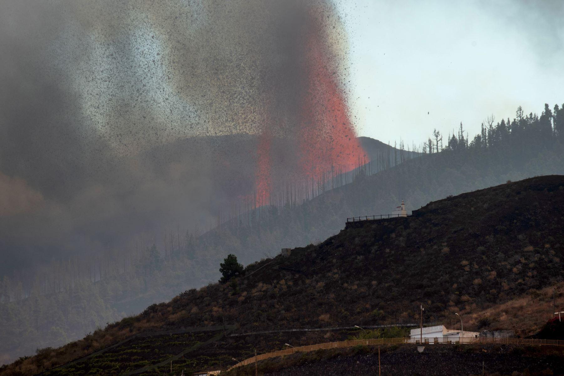 La erupción de un volcán en la isla de La Palma, en el archipiélago español de Canarias, provocó la destrucción de unas cien casas alcanzadas por las coladas de lava. Foto: AFP