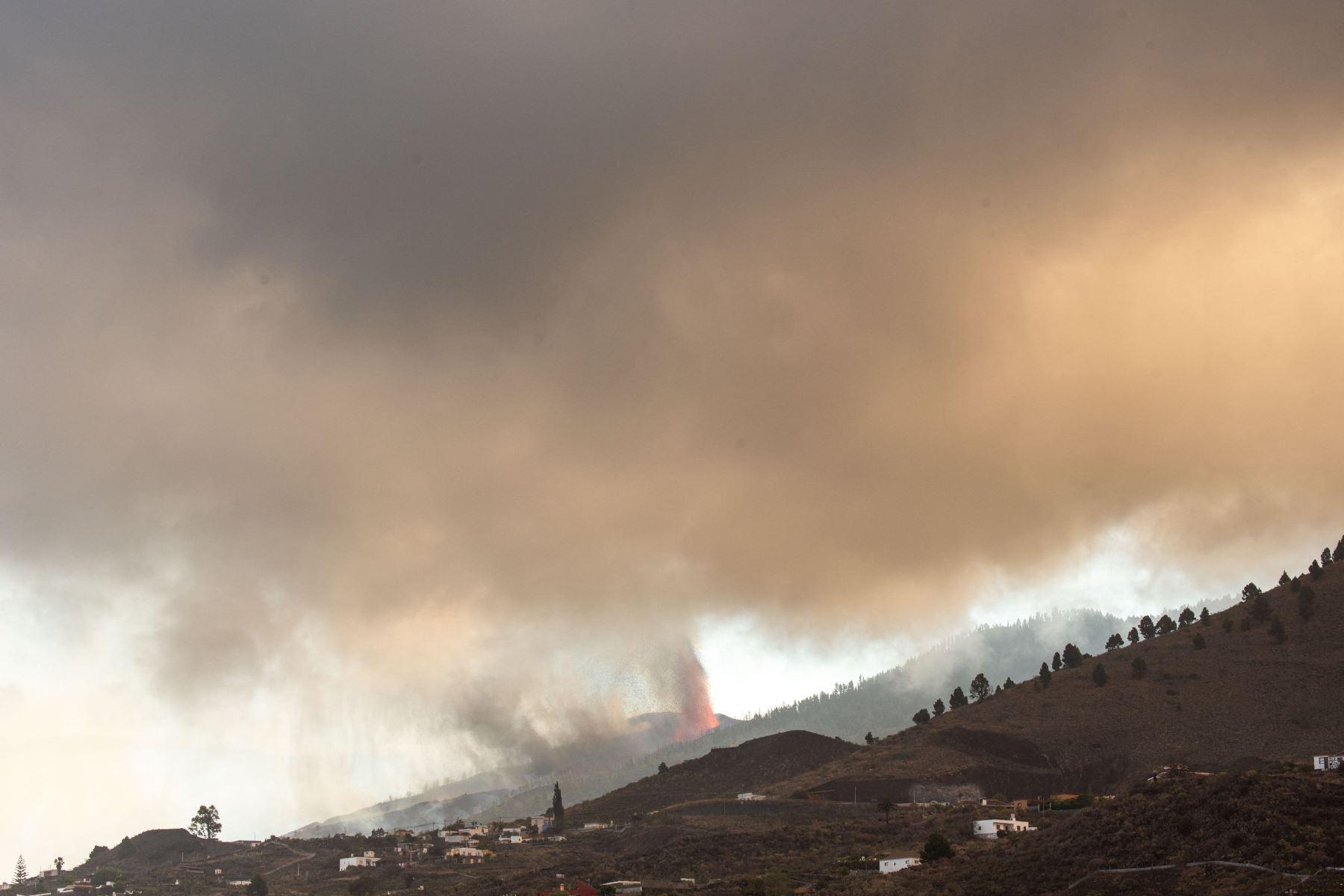 La erupción ha estallado en el municipio de El Paso, uno de los cuatro que estaban en alerta por riesgo volcánico. Foto: AFP