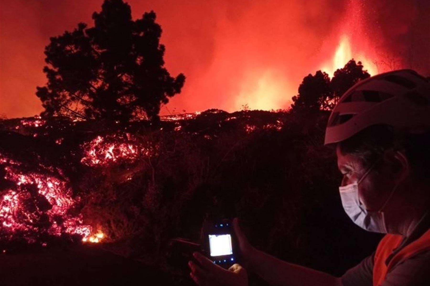 Erupción volcánica  en los alrededores de Las Manchas, en El Paso (La Palma), España, después de que el complejo de la Cumbre Vieja acumulara miles de terremotos en la última semana, conforme el magma iba presionando el subsuelo en su ascenso. Foto: EFE