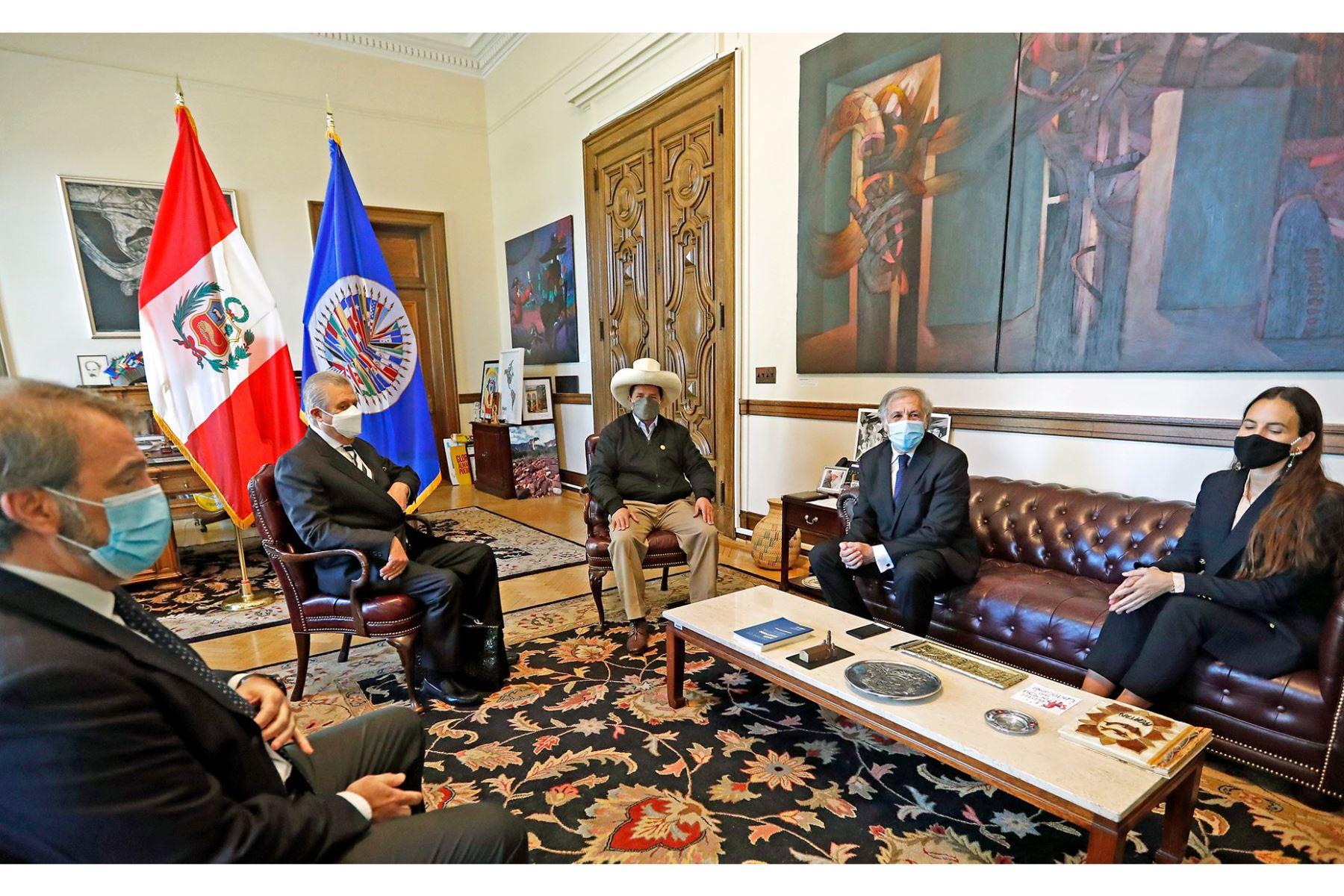 El presidente Pedro Castillo, recibió el saludo protocolar del secretario general de la OEA Luis Almagro, en el encuentro estuvo presente el canciller Oscar Maúrtua y el representante permanente del Perú ante la OEA, Harold Forsyth. Foto: ANDINA/Prensa Presidencia