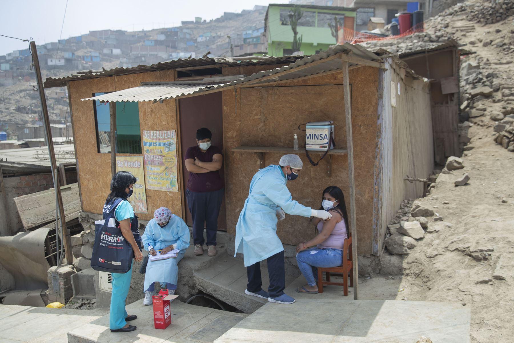 """El licenciado Hans Alejo cree en el poder de la información de primera mano. En la campaña han tenido muchos casos de personas que por su fe religiosa no quería vacunarse, a pesar de que el covid-19 había matado a miles. Pero después de escuchar la información directamente de los brigadistas se sentían en confianza y aceptaban inmunizarse: """"en nombre de dios voy a vacunarme, decían. Foto: ANDINA/Carla Patiño"""