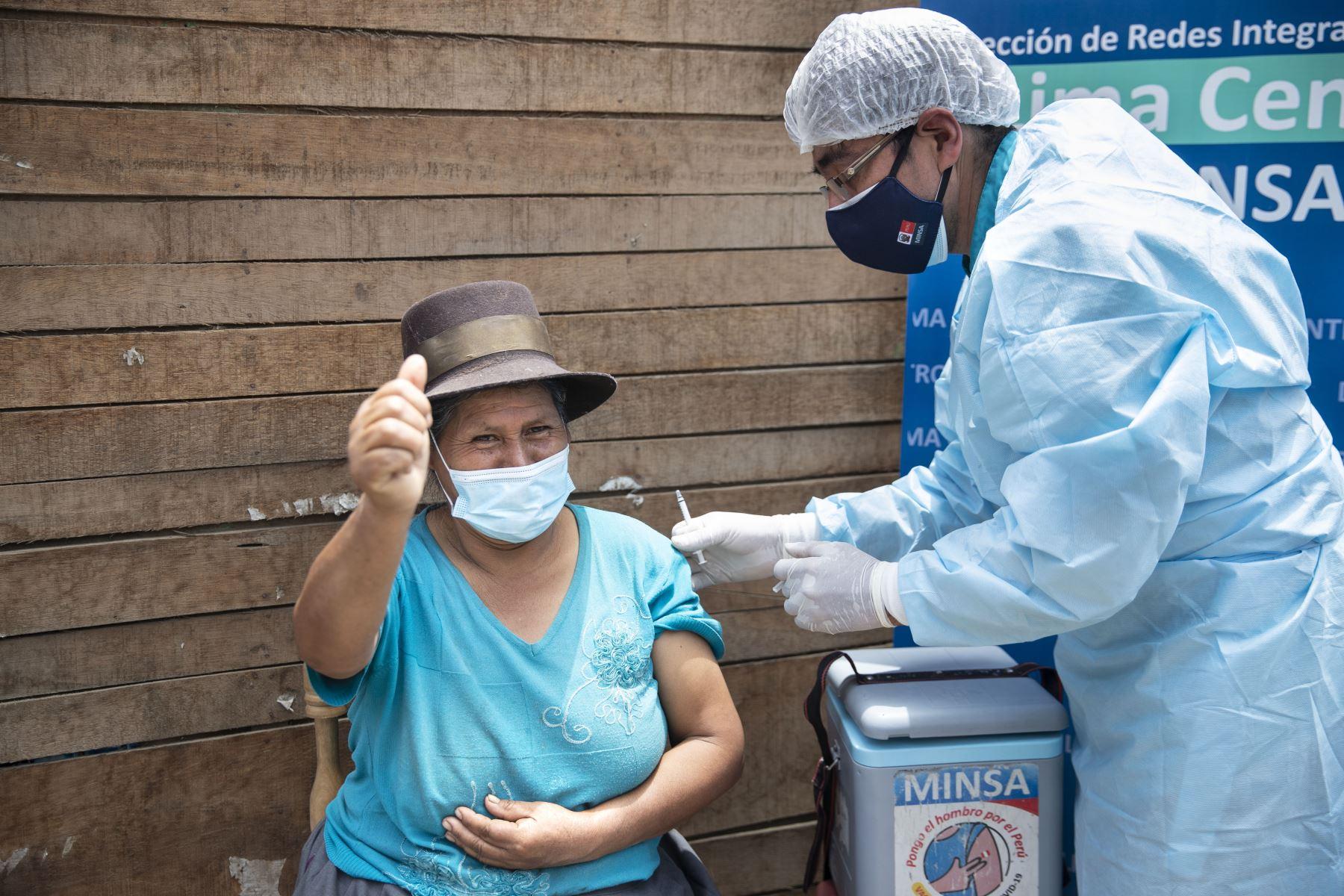 """Alejandra recibiendo su primera dosis de la vacuna contra la Covid-19. Brigadas del Ministerio de Salud a través de la estrategia """"Vamos a tu encuentro, Vacúnate Ya"""" recorrieron casa por casa los alrededores de la loza deportiva """"14 de Febrero"""" con el objetivo de seguir inmunizando a las personas contra la Covid-19, aplicando primeras y segundas dosis. Foto: ANDINA/Carla Patiño"""