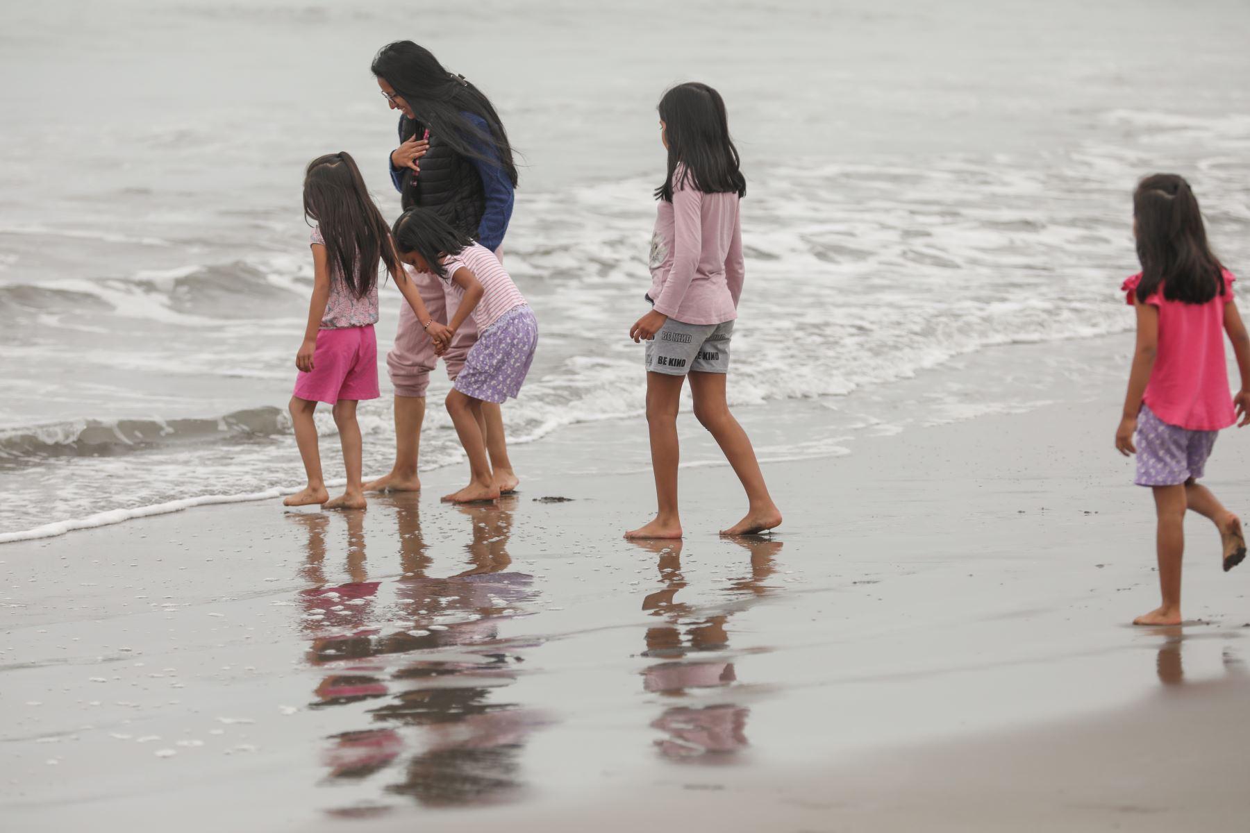 El uso de playas estará permitido en todas las provincias del litoral peruano, si se encuentran en espacios de nivel moderado de alerta. Los bañistas deberán respetar las normas sanitarias del Ministerio de Salud para prevenir el contagio de la Covid-19. Foto: ANDINA/Andrés Valle