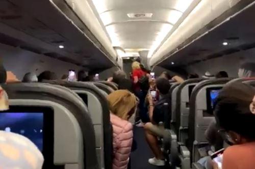 Los pasajeros de un vuelo de American Airlines fueron retirados del avión tras negarse a utilizar mascarillas.