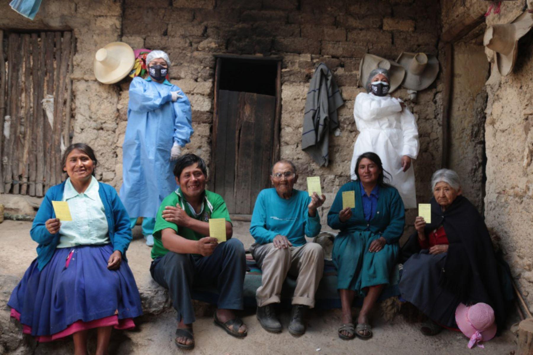 Pobladores de Agomarca recibieron la vacuna contra la covid-19 en sus domicilios. Foto: Minsa