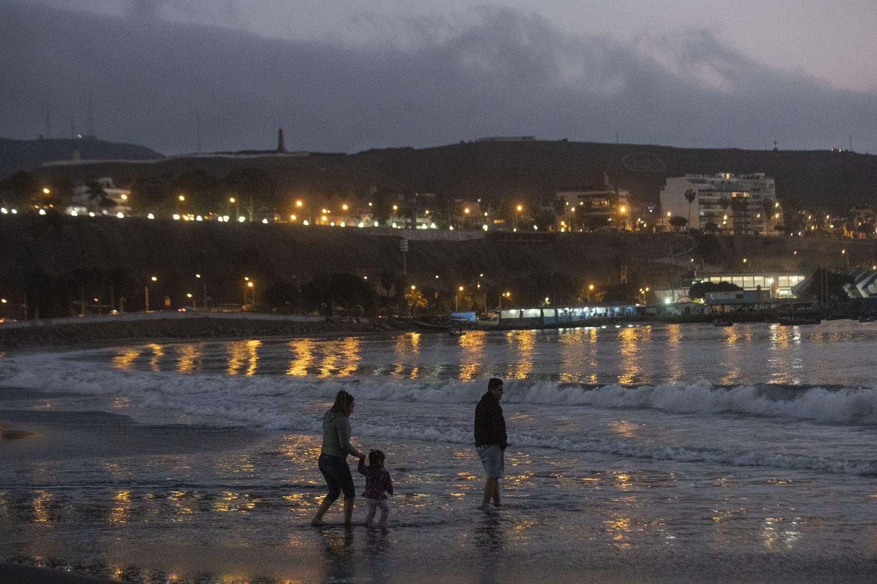 Decenas de personas acuden a la playa Agua Dulce de noche en su primer día de apertura a nivel nacional. Foto: ANDINA/Carla Patiño Ramírez