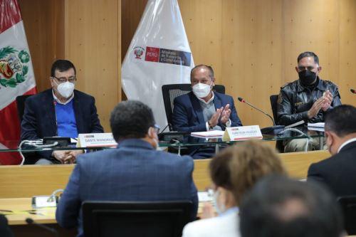 El ministro de Transporte y Comunicaciones, Juan Silva, propuso la creación de una comisión multisectorial, para enfrentar el problema. ANDINA/ MTC