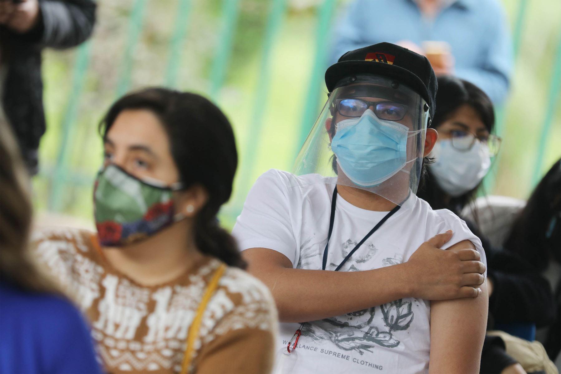 El Ministerio de Salud realiza la supervisión del inicio de la vacunación contra la covid-19 a las personas mayores de 23 años de edad. Foto: ANDINA/ Andrés Valle